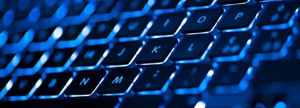 ¿Por Qué Necesito una Laptop con Teclado Retroiluminado?